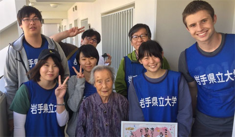 Group photo. 96-year-old tsunami survivor thanks OHIO students and Iwate Perfectural students and faculty for delivering water.