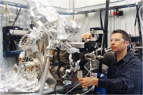 Volker Rose with the prototype high-resolution microscope at the APS/CNM nanoprobe beamline on APS Sector 26.