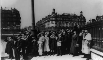 Eugène Atget's photo of eclipse watchers in Paris in 1911