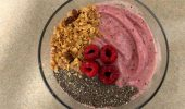Vegan smoothie bowl this week with raspberries, chia seeds and granola.